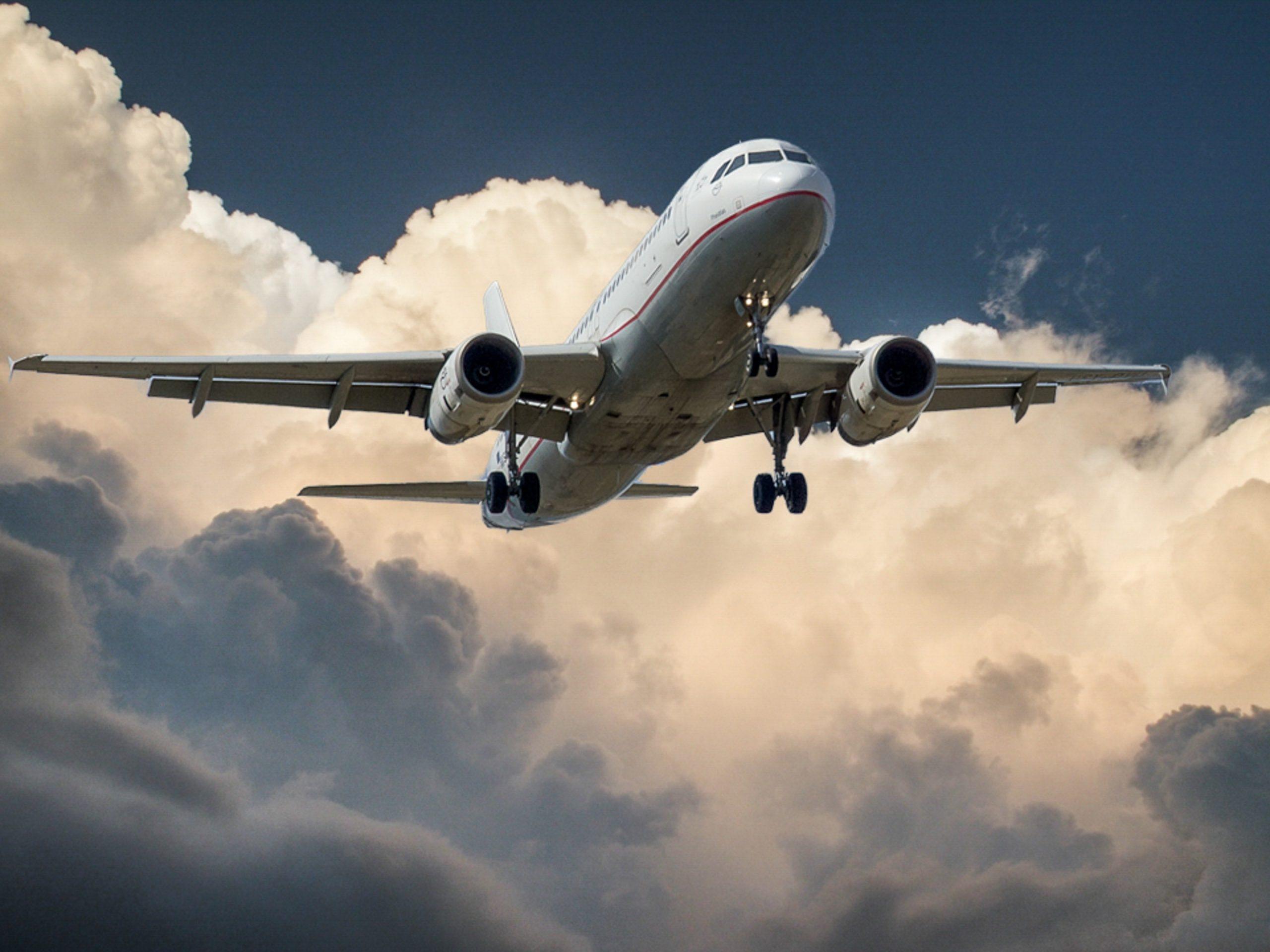 Companhia aérea deve indenizar cliente por falta de assistência em cancelamento de voo durante a pandemia